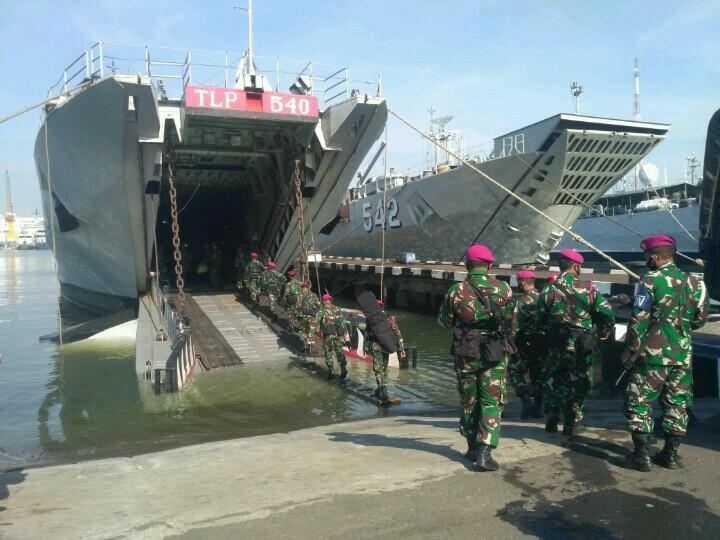 Kapal Perang Jenis Frosch Angkut Pasukan Marinir Menuju Pulau Terluar