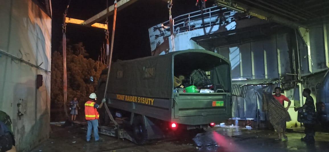 Sandar di Timika, KRI Tanjung Kambani 971 Debarkasi Pasukan Penjaga Perbatasan