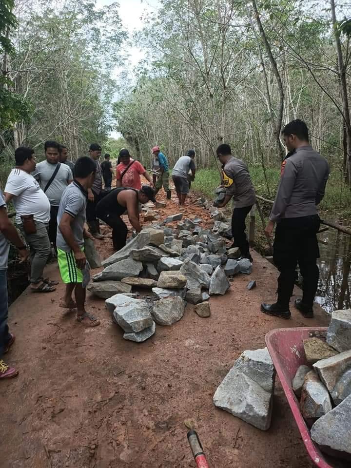 Kapolres Melawi Bantu Timbun Jalan Ke Desa Labay Mandiri.