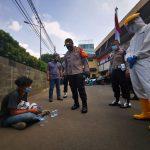 Aksi Empati Kapolres Metro Jakarta Barat Mengamankan Pendemo, Lalu Di Tes Swab