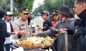 Aksi Simpatik Kapolsek Kemayoran Jakarta Pusat, Ajak Pendemo Membubarkan Diri Dan Mentraktir Makanan