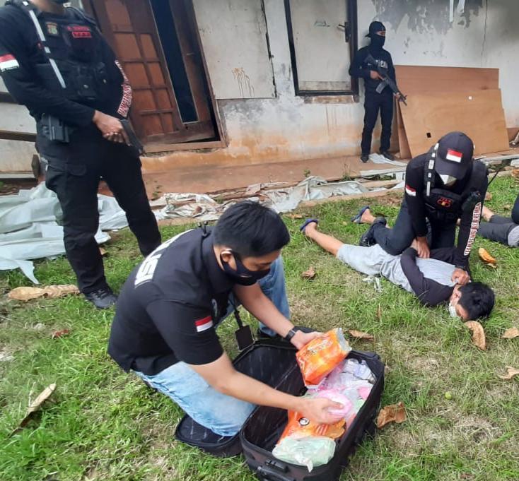 Manfaatkan Aksi Demo Untuk Edarkan Narkoba, Polisi Ringkus 3 Kurir Narkoba dan sita Satu Koper Berisi Narkoba