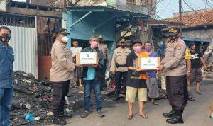 Peduli Korban Kebakaran, Polisi Berikan Bantuan Kepada Warga